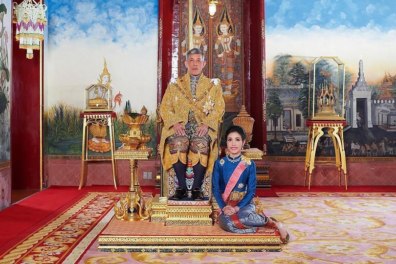 Ο βασιλιάς Maha Vajiralo ngkorn με την βασιλική του σύντροφο Sineenat Wongvajirapakdi