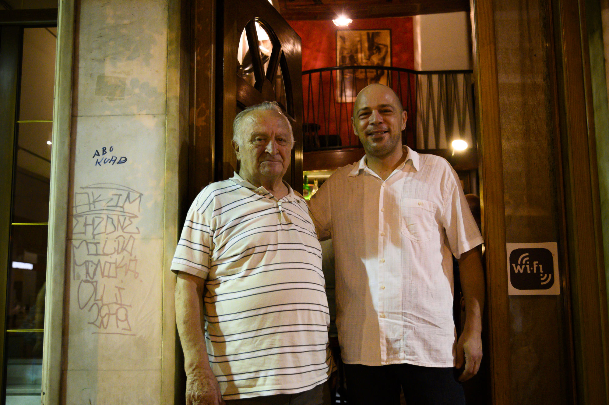 Οι ιδιοκτήτες του Au Revoir μπαρ, στ'αριστερά ο Λύσανδρος Παπαθεοδώρου και στα δεξιά ο Σωτήρης Παπαθεοδώρου
