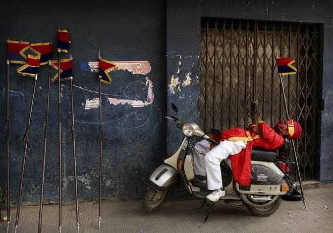 Άντρας κοιμάται στην Ινδία