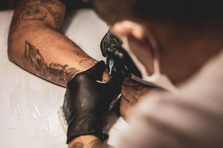 Η νέα τάση στα τατουάζ πόνεσε, κυριολεκτικά, τα μάτια μας