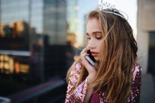 Πώς παριστάνουν οι έφηβοι ότι μιλάνε στο τηλέφωνο
