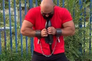 O Sergey Tsyrulnikov συνθλίβει τηγάνια με τα γυμνά του χέρια